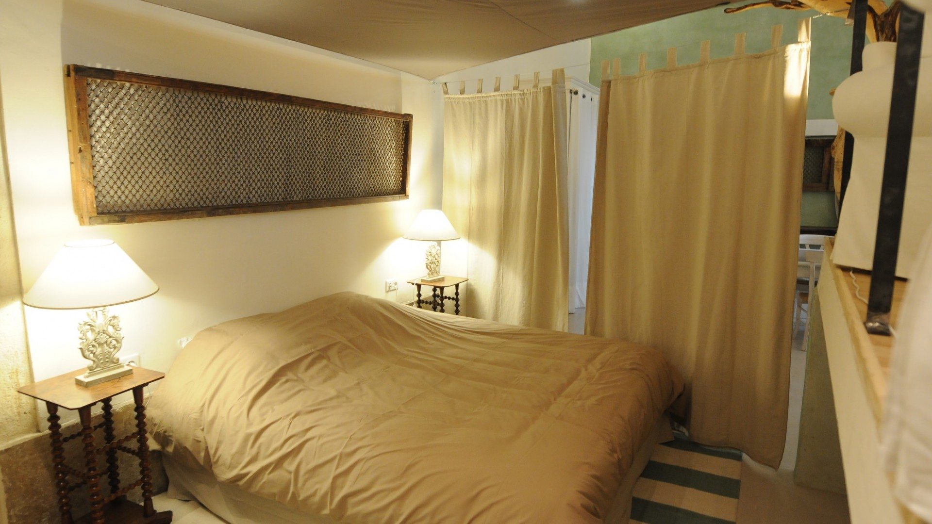 Bedroom corner with a kingsize bed
